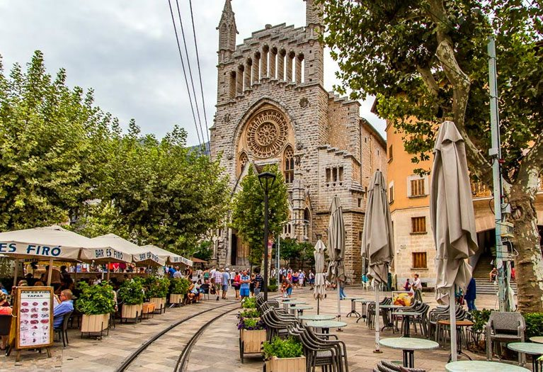 The town of Sóller is one of the most beautiful in Mallorca. It is paradise for hikers and cyclists, gourmet lovers and a desirable option to live